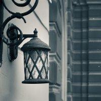 Фонарь, висящий на стене... :: Андрей Илларионов