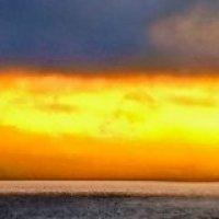 костер заката оплавил высь небес :: viton