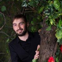 Мужчина выглядывает из-за дерева :: Valentina Zaytseva