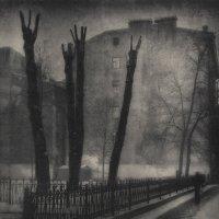 А в скверах тени, раскинув руки, Во мгле осенней стенают в муке... :: Evgeny Kornienko