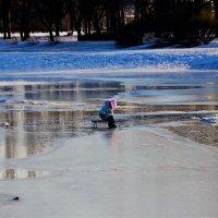 Ребёнок на тающем пруду... :: Sergey Gordoff