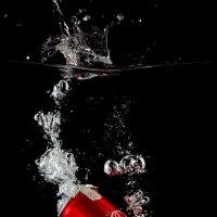 Банка Coca-Cola падает с брызгами в воду на черном фоне :: Геннадий Шевлюк