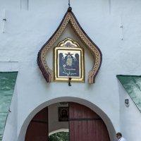 У входа в  монастырь Псково-Печерский... :: Ольга Лиманская