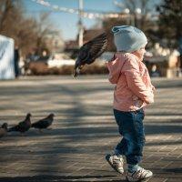 девочка и голубь :: Владимир Лупенко