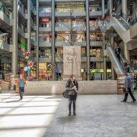 Ах, эти женщины!.. Девушка в торговом центре. :: Вахтанг Хантадзе