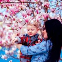 Мама с сыном в цветущей магнолии :: Марина Алексеева