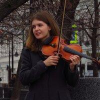 Симпатичная уличная скрипачка :: Андрей Лукьянов