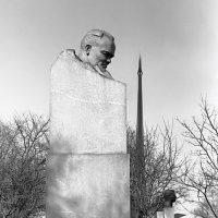 Памятник Королеву С.П. на Аллеи Космонавтов. Вид 1981 года. :: Николай Кондаков