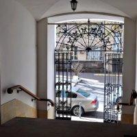Главный вход-выход в монастырь :: Анатолий Колосов