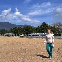Дама прогуливает голубя по пляжу :: Валерий Дворников