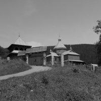 Деревянная   церковь   и   звонница   в   Яремче :: Андрей  Васильевич Коляскин