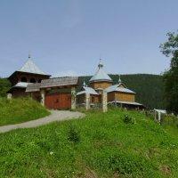 Деревянные   церковь   и   звонница   в   Яремче :: Андрей  Васильевич Коляскин