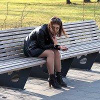 весна или девушка,да на скамеечке :: Олег Лукьянов