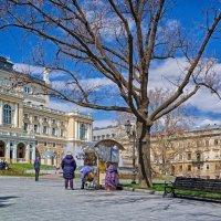 Апрельское утро у сувенирного лотка, не считая Оперного театра...))) :: Вахтанг Хантадзе