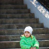 Красивая девочка сидит на ступеньках в парке весной :: Елизавета Тимохина