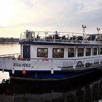 """Корабль-ресторан """"Rīgas Pērle"""" на берегу вечерней Даугавы :: Swetlana V"""