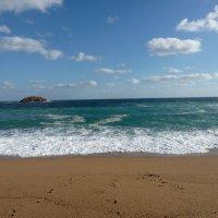 Море волнуется, манит к себе,вдаль убегает небрежно.Ветер уносит печаль налегке,волны вселяют надежд :: Galina Leskova