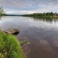 Лодка на реке :: Константин