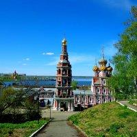 Рождественская церковь в зелени :: Наталья Сазонова