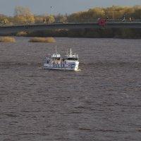 Кораблик и река Волхов, на улице май месяц, но холодный... :: Олег Фролов
