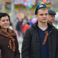 Мама (счастливая) слева а праздник (День Победы!) общий. :: Михаил Полыгалов