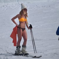 В Байкальске на горнолыжке - спуск в купальниках... :: Александр Попов