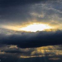 пробивает солнце облака :: Тот-Самый Санек