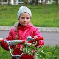 Девочка с веточкой черемухи :: Екатерина Торганская