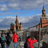 Кремль сквозь решетку. Красные идут :: Анатолий Шулков