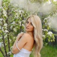 весенний портрет,яблонь цвет :: Юрий Сидоров