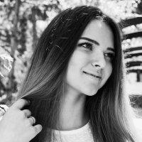 девушка в саду :: Каролина Камынина