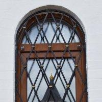 Отражение храма в окне часовни. :: Татьяна Помогалова