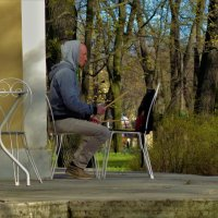 Играющий на стуле... :: Sergey Gordoff