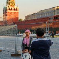 На фоне Часиков снимается семейство... :: Анатолий Шулков