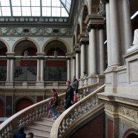 Роскошная мраморная лестница на верхней площадке которой стоит скульптура А.Л.Штиглица :: Елена Павлова (Смолова)