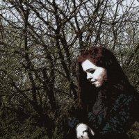 девушка, на фоне дерева :: Юлия Денискина