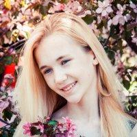 В цветущих яблонях :: Albertik Baxton