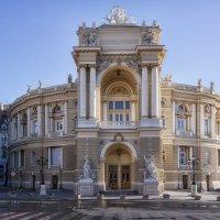 Раннее утро у Оперного театра. :: Вахтанг Хантадзе