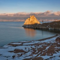 Утро красит нежным светом скалы древнего озера :: Анатолий Иргл