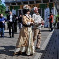 Городские танцы... :: Анатолий Колосов