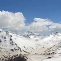 Летний день на отрогах Главного Кавказского хребта. Вид со склона Эльбруса (ледник Азау, 3300м) :: Vladimir 070549