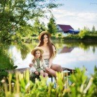Мама и дочка обнимаются сидя у пруда :: Дарья Дядькина