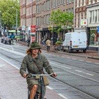 Дама на велосипеде :: Владимир Леликов