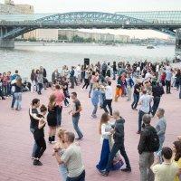 Танцы на свежем воздухе :: Руслан Гончар