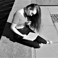Читающая девушка :: Avada Kedavra!