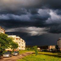 Грозное небо над крышей домов Запечатлил я, пока шёл домой... :: Анатолий Клепешнёв