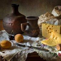 Винно-питейная зарисовка с сыром и абрикосами. :: Lev Serdiukov