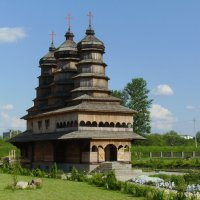 Деревянный   православный   храм   в   Ивано - Франковске :: Андрей  Васильевич Коляскин