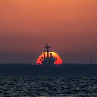 Закат на фоне авианосца ВМФ США :: Eddy Eduardo