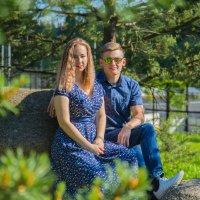 Влюбленная пара отдыхает в парке :: Роман Репин